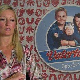 Monika Gruber -Thea- darüber wie sie zu ihrer Rolle kam - Interview Poster
