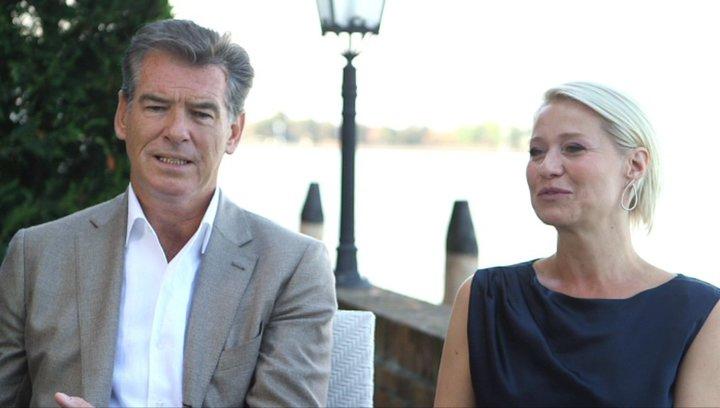 Pierce Brosnan und Trine Dryholm über den Drehort - OV-Interview Poster