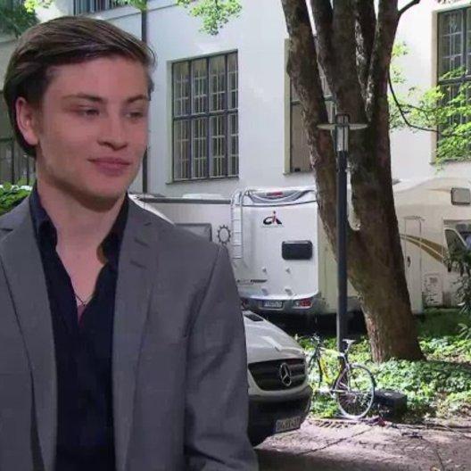 Jannik Schümann - Alev - über seine Rolle Alev - Interview Poster