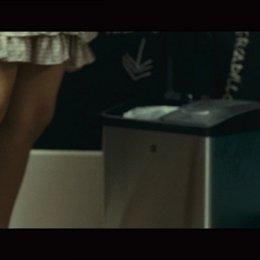 Clara tanzt ausgelassen während Cesar unter dem Bett liegt - Szene Poster