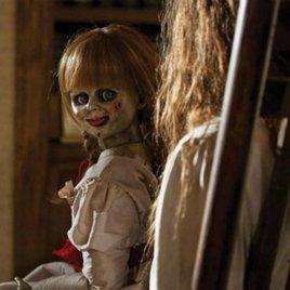 """""""Annabelle 2"""": Unheimliches Filmbild zeigt die Horror-Puppe lauernd in der Dunkelheit"""