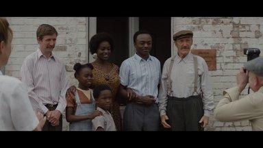 Ein Dorf sieht schwarz Trailer