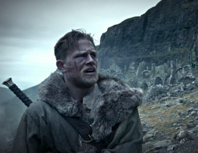 """Durchlebt die Artussaga als """"King Arthur"""" (2017) © Warner"""