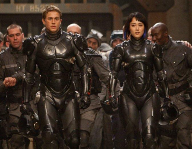 """In Guillermo del Toros Actionspektakel """"Pacific Rim"""" (2013) wird er zum Kampfpiloten © Warner"""