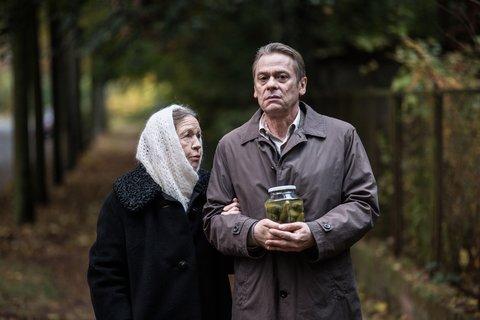 """Sylvester Groth und Nina Antonowa in dem Film """"In Zeiten des abnehmenden Lichts"""". © X-Verleih"""