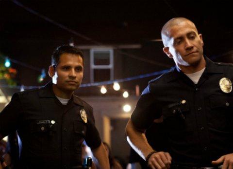 """Michael Peña in seiner Lieblingsrolle: Als Polizist in """"End of Watch"""" mit Jake Gyllenhaal © Tobis"""