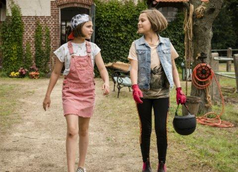 """Die Zwillinge """"Hanni und Nanni"""" kommen auf dem Lindenhof an. © Universal"""