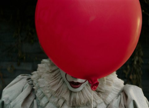 "Bill Skarsgård als Horrorclown Pennywise in der Neuverfilmung von Stephen Kings ""Es"" © Warner"
