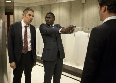 """Daniel Kaluuya und Rowan Atkinson in der Actionkomödie """"Johnny Englisch - Jetzt erst recht"""" © Universal"""