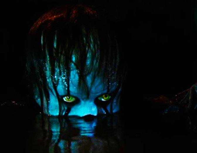 Lauert im Dunkeln — Pennywise (Bill Skarsgård) © Warner