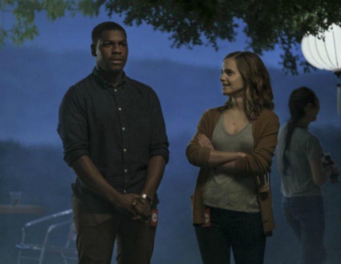 """John Boyega und Emma Watson in einer Szene von """"The Circle"""" nach dem Roman von Dave Eggers"""