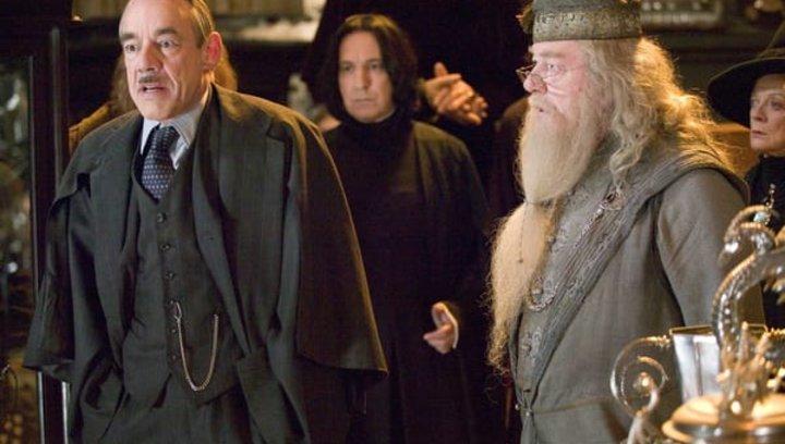 """Harry Potter und die Heiligtümer des Todes Teil 1 - """"Harry Potter"""": Diese 16 Stars aus den Filmen sind bereits verstorben (#12) Poster"""