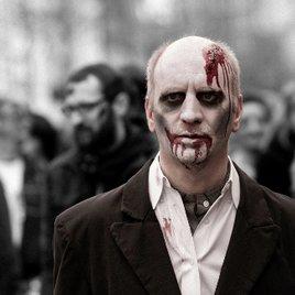 Zombie schminken: Halloween Make-up selber machen – einfach & günstig