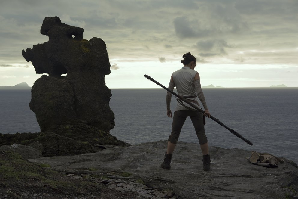 """Daisy Ridley als Rey in """"Star Wars 8: Die letzten Jedi"""" © Disney"""