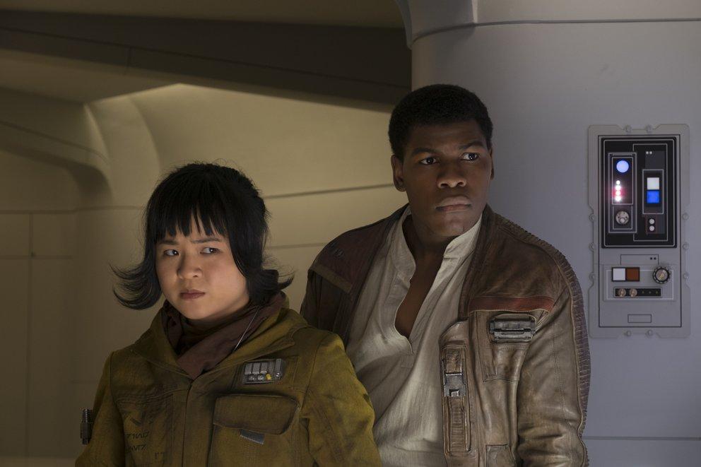 """John Boyega als Fynn und Kellys Marie Tran als Rose in """"Star Wars 8: Die letzten Jedi"""" © Disney"""