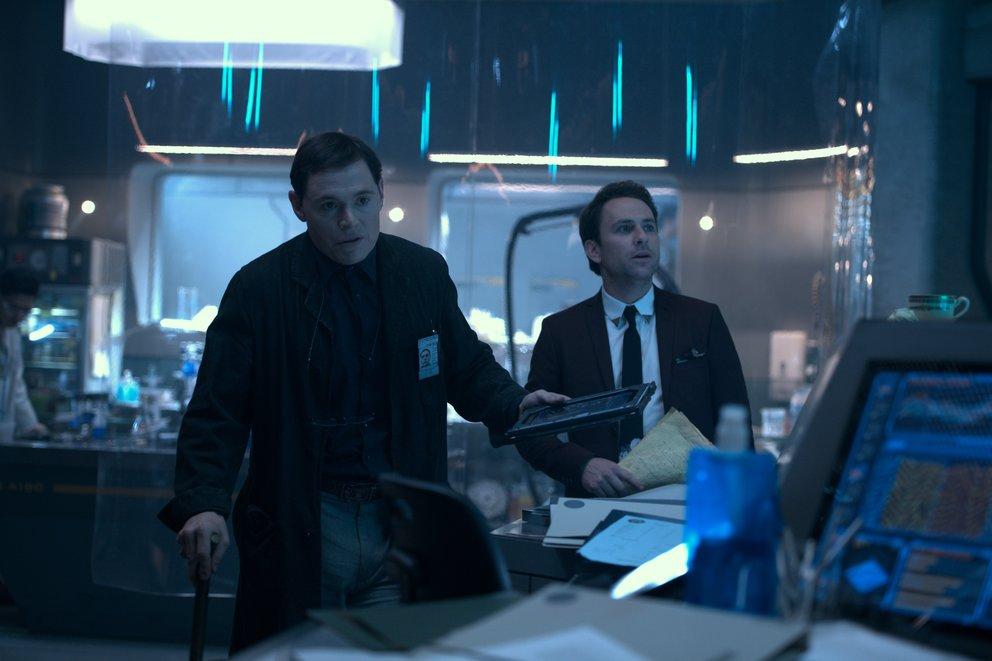 DieSchauspieler Burn Gorman und Charlie Day in einer Szene von Pacific Rim 2: Uprising © Universal Pictures