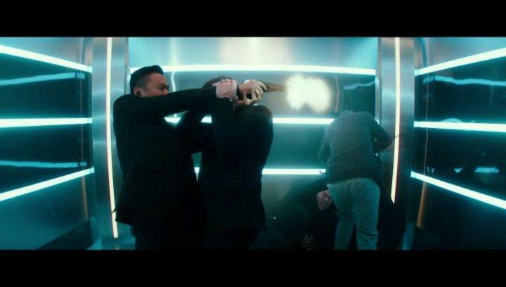 Gottlieb und Newt kämpfen sich ihren Weg aus dem Aufzug frei - Szene Poster