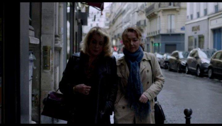 Claire und Beatrice gehen durch Paris - Szene Poster