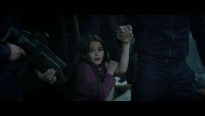 Mädchen wird abtransportiert - Szene Poster